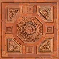 Historische Wand aus Terrakotta mit Eichenkranz und Mäanderkachel