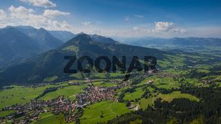 Panorama vom Hirschberg, 1456m, ins Ostrachtal mit Bad Hindelang und Imberger Horn, 1656m, Oberallgäu, Allgäu, Schwaben, Bayern, Deutschland, Europa