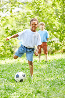 Afrikanischer Junge spielt Fußball