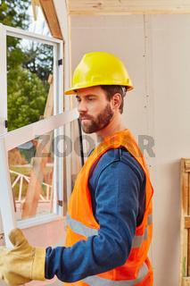 Fachmann als Monteur beim Fenster Einbau
