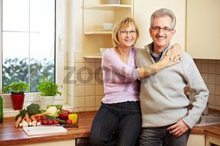 Portrait eines Seniorenpaares in Küche