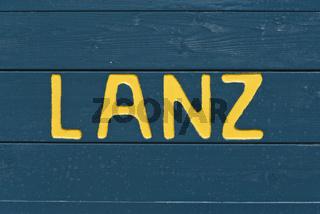 Ladeklappe eines Anhaengers mit dem Schriftzug Lanz