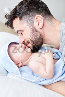 Liebevoller Vater küsst zärtlich sein Baby