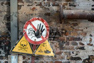 Hinweisschilder zu Gefahren