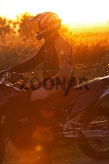 Motorradfahrer im Sonnenuntergang