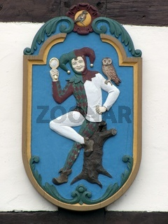 Holztafel mit der Abbildung desTill Eulenspiegel auf einem öffentlichen Platz in Hoexter