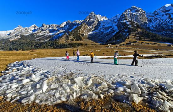 Gruppe Kinder beim Training auf Langlaufloipe aus Kunstschnee, Savoyen, Frankreich