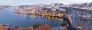 Altstadt und Brücke, Bogenbrücke Ponte Dom Luís I über den Douro, Porto, Portugal, Europa
