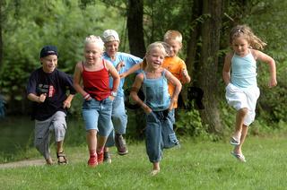 Kinder laufen in einer Wiese - kids are running in a meadow
