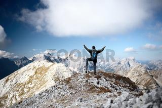 erfreuter Mann am Berggipfel
