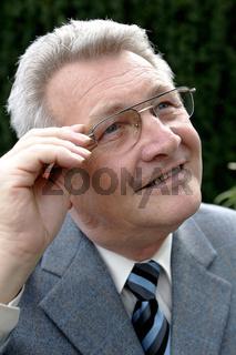 Aelterer deutscher Mann im Anzug mit Krawatte