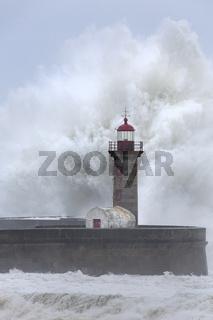 Leuchtturm von Porto im Sturm, Portugal, Europa