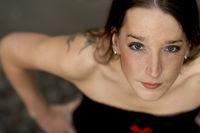 Portrait einer jungen Frau - leuchtende Augen direkter Blick