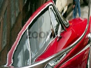 Oldtimer spiegelt sich in einem schwarzen Citroen CV15