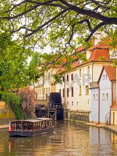 Mühlrad und Ausflugsboot im Teufelsbach in Prag, Tschechien