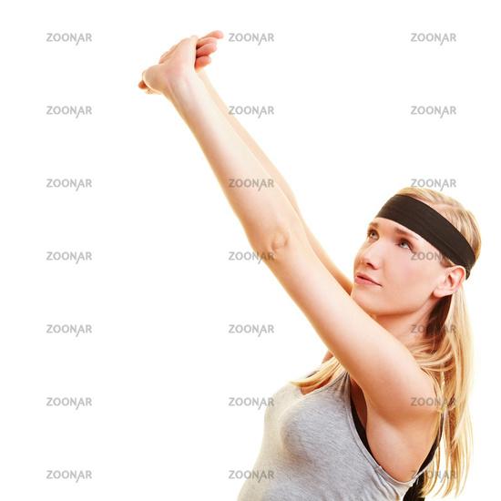 Frau streckt ihre Arme