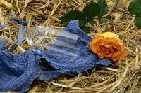 Valentinstag mit Rose im Stroh