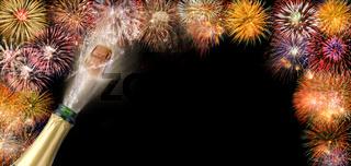 Korken fliegt mit Fontäne aus Sektflasche mit Brillantfeuerwerk im Hintergrund