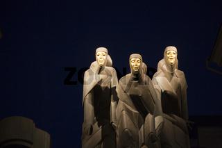 figuren am litauischen nationaltheater am gedimino prospekt, figures at the national theatre, vilnius, vilna, litauen, lithuania