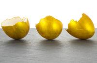 Drei goldene Eierschalen