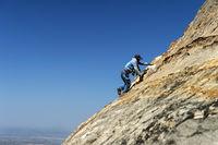 Einheimischer im steilen Aufstieg zu den  Felsenkirchen Maryam and Daniel Korkor, Tigray, Äthiopien