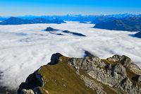 Blick vom Pilatus Bergmassiv auf den Bürgenstock im Nebelmeer über dem Vierwaldstädter See