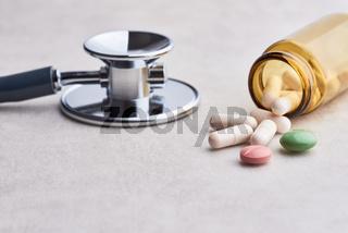 Stethoskop und Medikamente