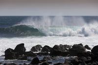 Wellen brechen sich an Felsen, Galapagos, Ecuador