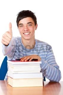 Glücklicher männlicher Schüler mit Büchern zeigt Daumen nach obe