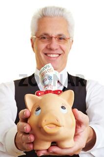 Rentner mit Sparschwein