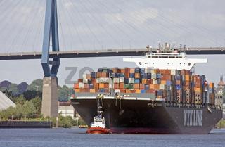 Containerschiff mit Schlepper im Hamburger Hafen, Deutschland