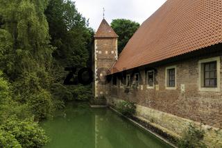 Wasserburg Hülshoff mit Burgturm und Wassergraben