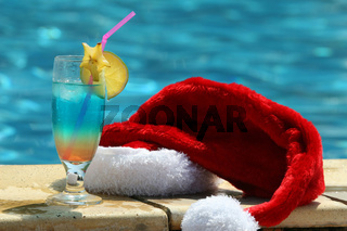 Cocktail und Weihnachtsmütze