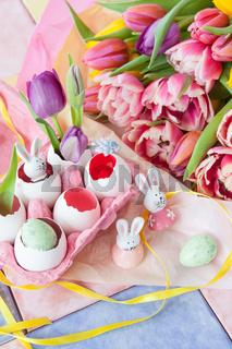 Bunte Tulpen und Deko fuer Ostern