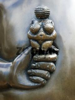 Kunst - Skulptur - Babyhand haelt eine Frauenfigur auf dem Ruecken