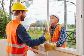 Fenstermonteure arbeiten zusammen