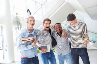 Glückliches Studenten Team in der Uni