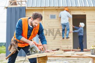 Handwerker als Zimmermann mit Kreissäge