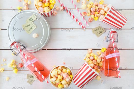 Buntes Popcorn und Limonde