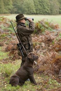 Jägerin mit Jagdhund in Revier