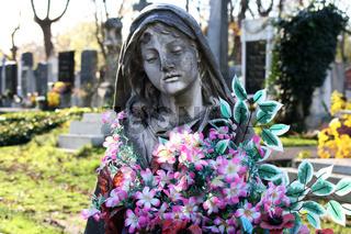 Statue mit Blumen