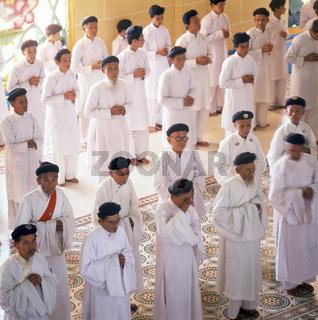 Caodaismus: In weiß gekleidete Novizen, Vietnam