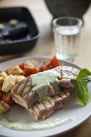 Thunfischsteak mit Basilikumsauce und Tomatensalat