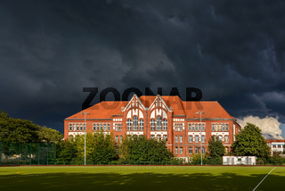 Gewitterwolken über der denkmalgeschützten Paul-Löbe-Oberschule in Berlin-Reinickendorf