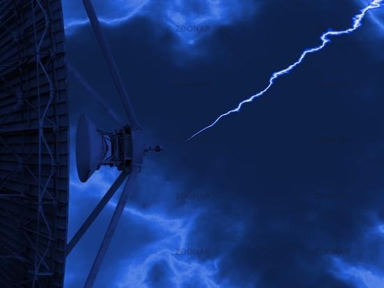 Erdfunkstelle bei Dämmerung und einem Blitz