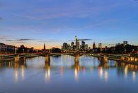 Skyline von Frankfurt Main bei Nacht.