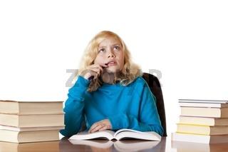 Schulmädchen denkt über Problem bei den Hausaufgaben nach