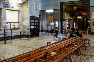 Warten auf den Zug im Bahnhof von Banska-Bystrica