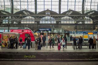 Berufsverkehr im Hamburger Hauptbahnhof