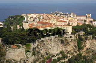 Monaco-Villa auf einem Felsen über dem Mittelmeer